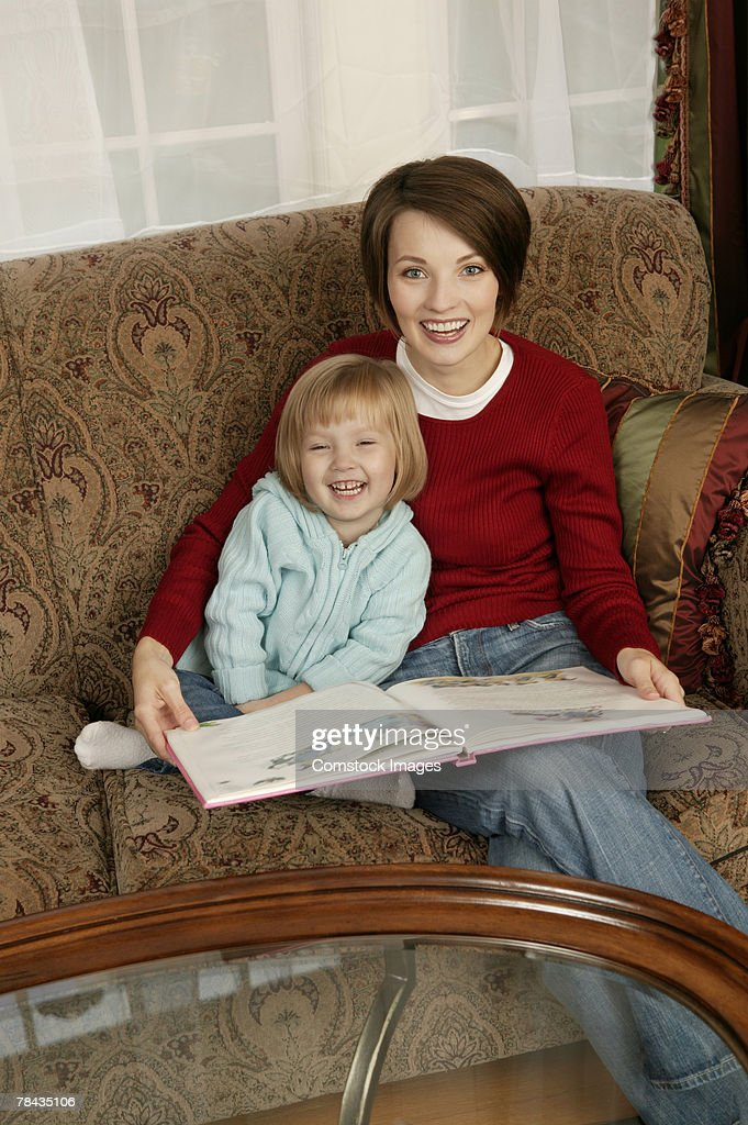 Mother and daughter reading : Stockfoto