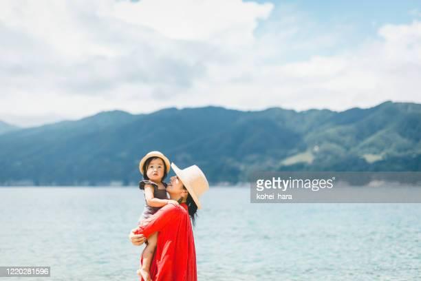 madre e hija relajadas en la playa - asia pacífico fotografías e imágenes de stock