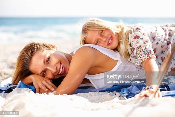 Mutter und Tochter entspannend am Strand