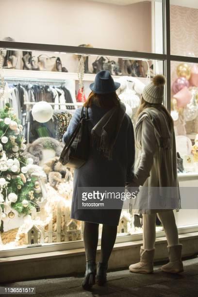 クリスマスのための母と娘のショッピング