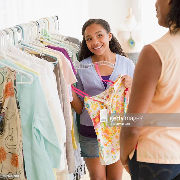 mother and daughter shopping for clothing together - fille de 12 ans photos et images de collection