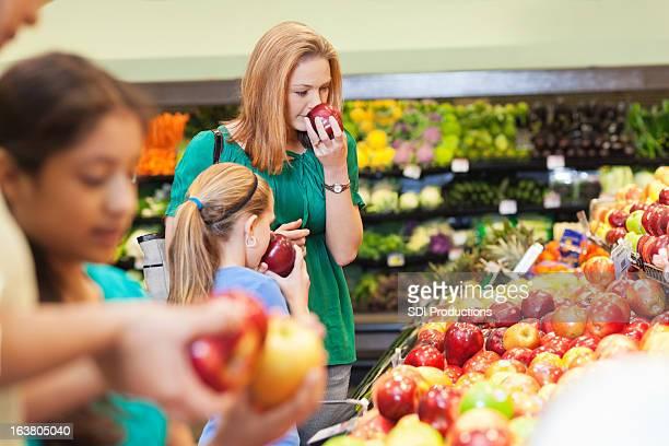Mutter und Tochter Einkaufen für gesunde Speisen in Obst und Gemüse-Abschnitt