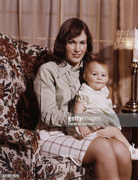 """mother and daughter sitting in living room, portrait "" - {{ collectponotification.cta }} fotografías e imágenes de stock"