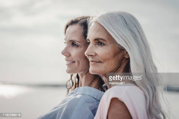 mother and daughter spending a day at the sea, portrait - tochter stock-fotos und bilder