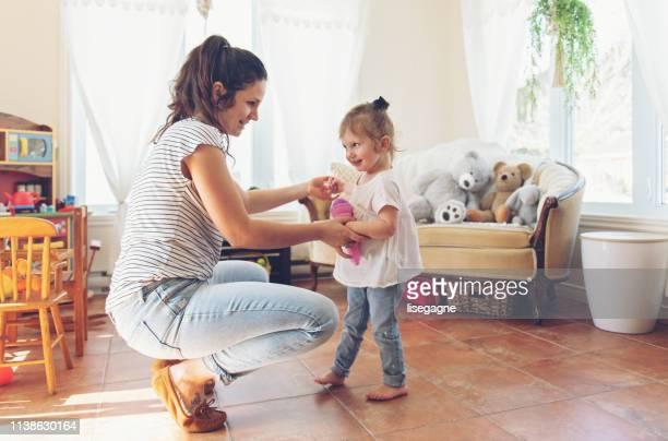 matriz e filha que gastam uma manhã da fim de semana junto - família de um filho - fotografias e filmes do acervo