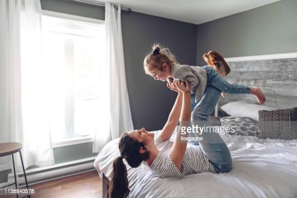 matriz e filha que gastam uma manhã da fim de semana junto - fazendo cócegas - fotografias e filmes do acervo