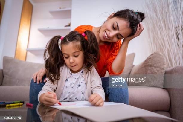 mãe e filha passar o dia relaxando em casa - amas - fotografias e filmes do acervo