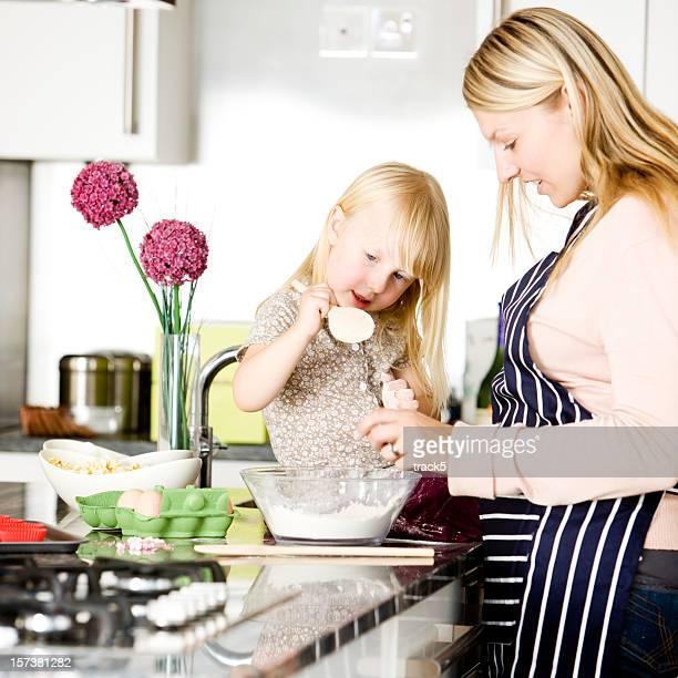 Mutter und Tochter genießen die Zeit zusammen Backen in der Küche