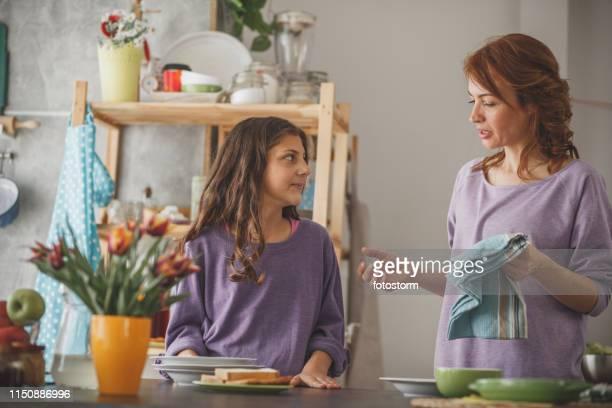 madre e hija pasando tiempo juntos en la cocina - trapo de cocina fotografías e imágenes de stock