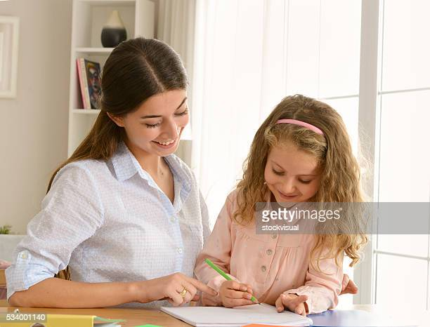 Madre e hija estudiando