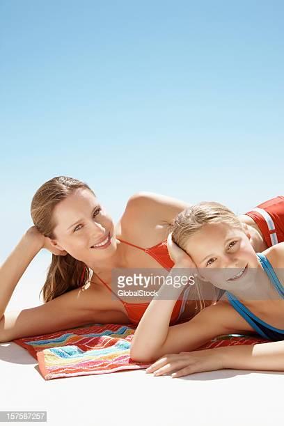 Mère et fille prenant un bain de soleil dans le ciel