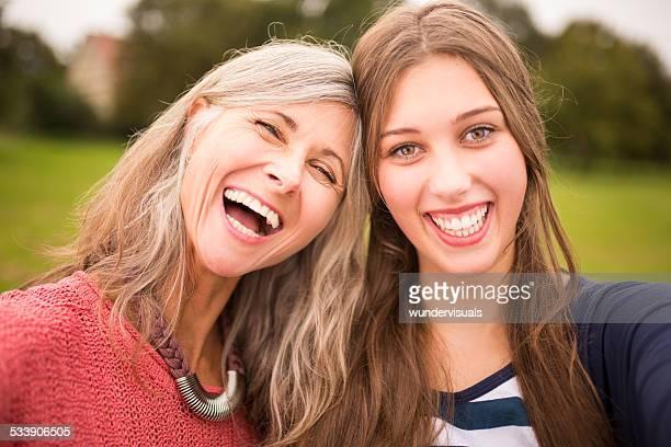 Mutter und Tochter gemeinsam nehmen Selfie