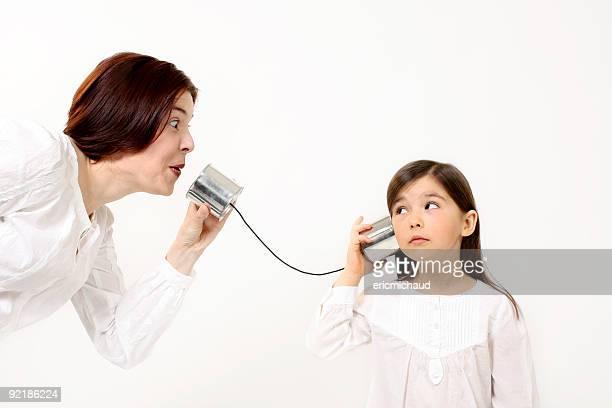 Mutter und Tochter, die mit einem Dosentelefon