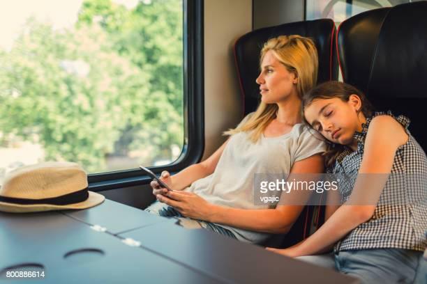 Mutter und Tochter zusammen mit dem Zug reisen