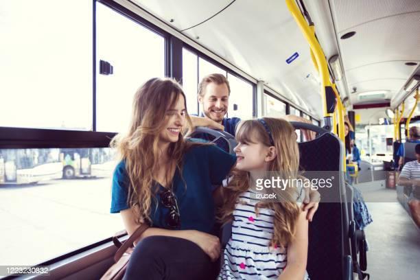 moeder en dochter die samen in bus reizen - izusek stockfoto's en -beelden