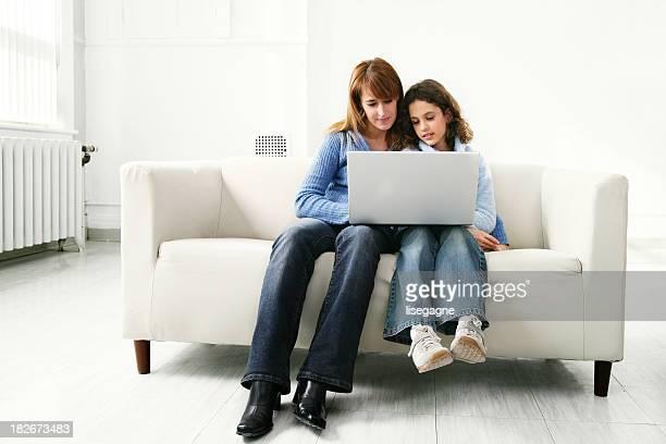 Mãe e filha usando um computador portátil