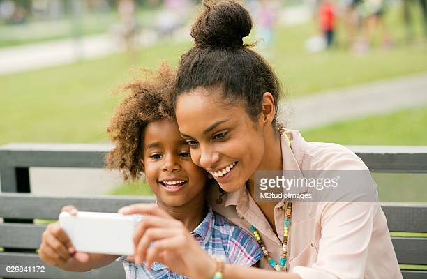 母と娘スマートフォンを使用します。