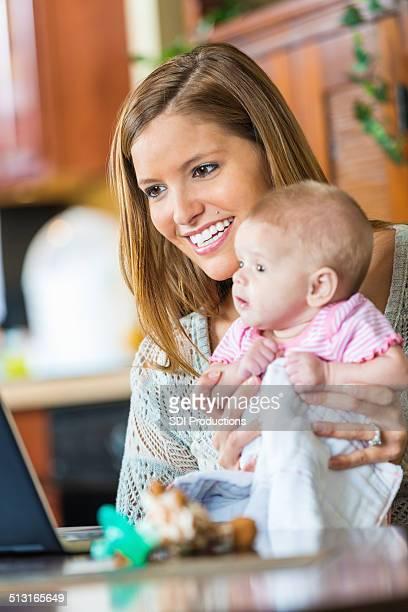 Mutter und Tochter video-Chats mit Großeltern auf laptop