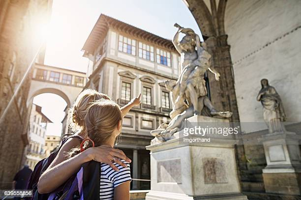 mother and daughter visiting city of florence (firenze), tuscany - bezoek stockfoto's en -beelden