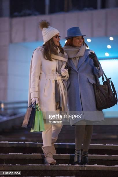 母と娘は夜に街で一緒に歩く