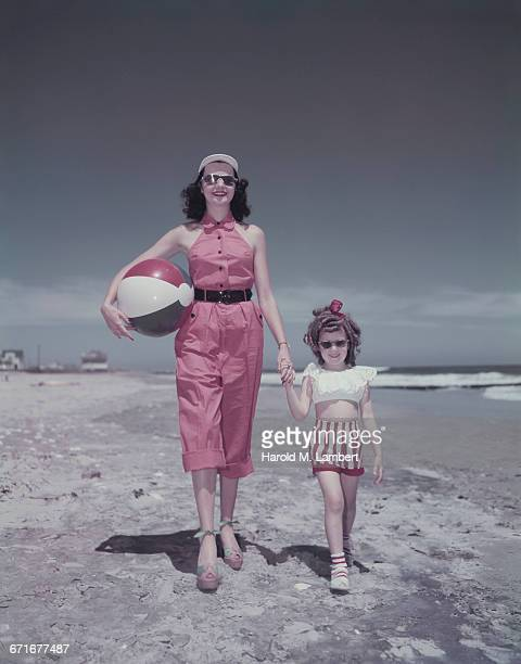 mother and daughter walking along beach holding hands  - {{relatedsearchurl(carousel.phrase)}} imagens e fotografias de stock