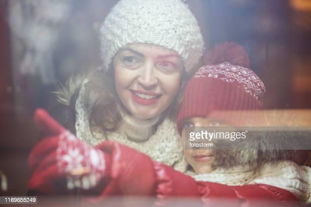 compras en escaparates de madree e hija - enero fotografías e imágenes de stock