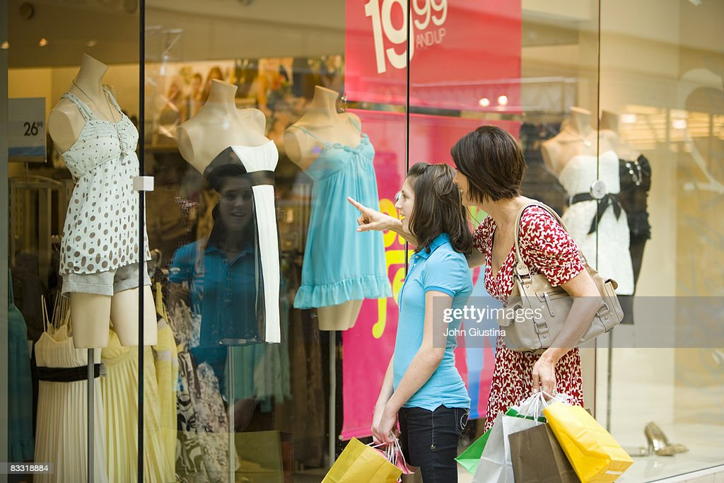 Mother and daughter window shopping : Foto de stock