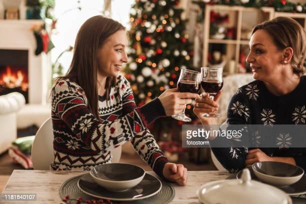 moeder en dochter wijn roosteren - alleen volwassenen stockfoto's en -beelden