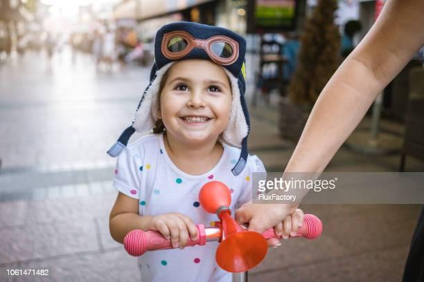 母と娘はプッシュ スクーター - パイロットサングラス ストックフォトと画像