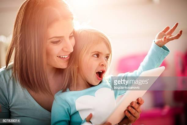 Mutter und Tochter mit digitalen tablet