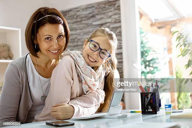 Mère et fille avec téléphone mobile