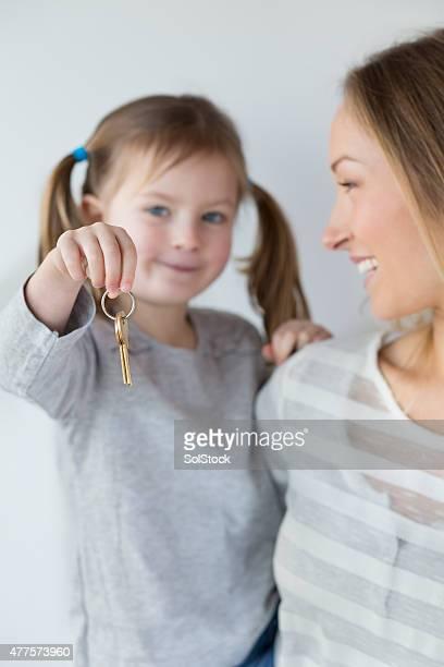 Mãe e filha com as chaves da sua nova casa