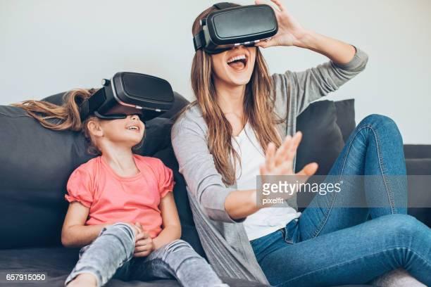 Madre e hija con auriculares de realidad virtual