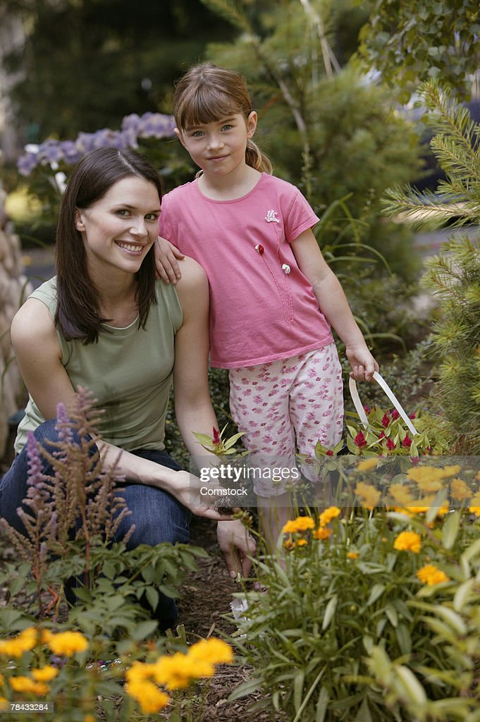 Mother and daughter working in garden : Stockfoto