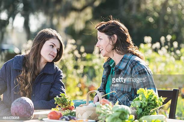 Mutter und Tochter, die auf family farm