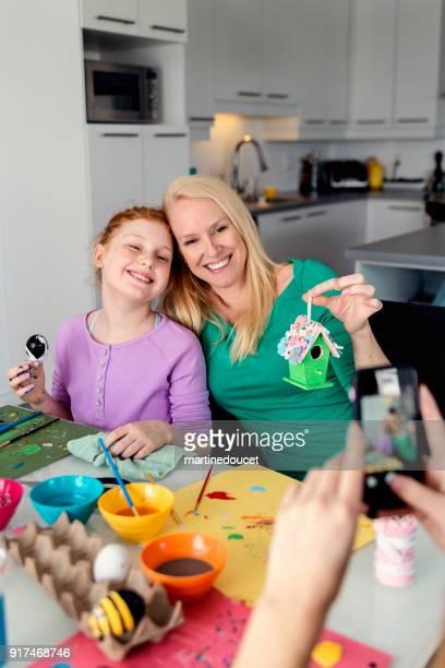 """mãe e filhas crafting decorações de páscoa em casa. - """"martine doucet"""" or martinedoucet - fotografias e filmes do acervo"""