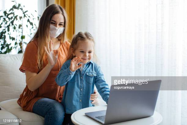mutter und töchter haben spaß - mother daughter webcam stock-fotos und bilder