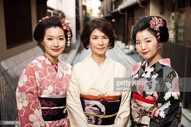 Madre e hijas en tradicional de quimono