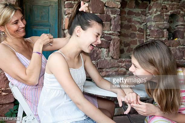 mère et fille rire ensemble - fille de 12 ans photos et images de collection