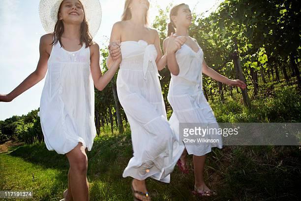 mère et filles courir dans les vignobles - fille de 12 ans photos et images de collection
