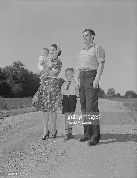 mother and father standing on road with their children - {{relatedsearchurl(carousel.phrase)}} ストックフォトと画像