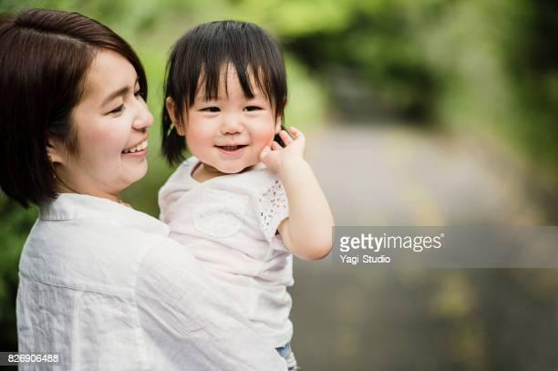 母親と女の子は屋外で良い時間を過ごしてします。