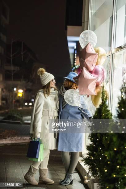 路上で風船を持っている母と彼女の大人の娘