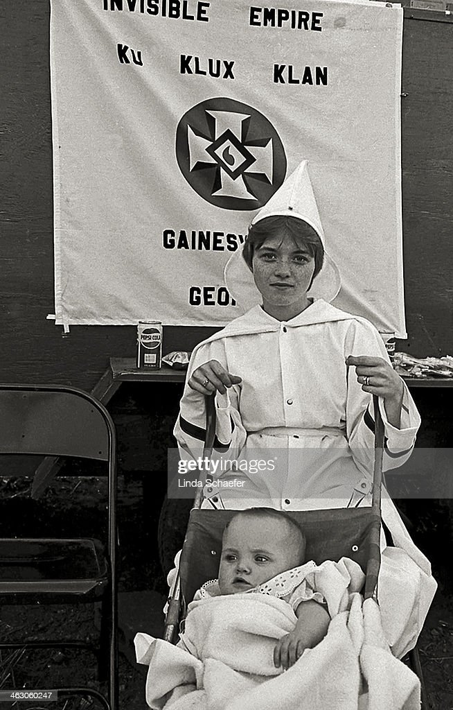 Mother and child of the Ku Klux Klan : News Photo