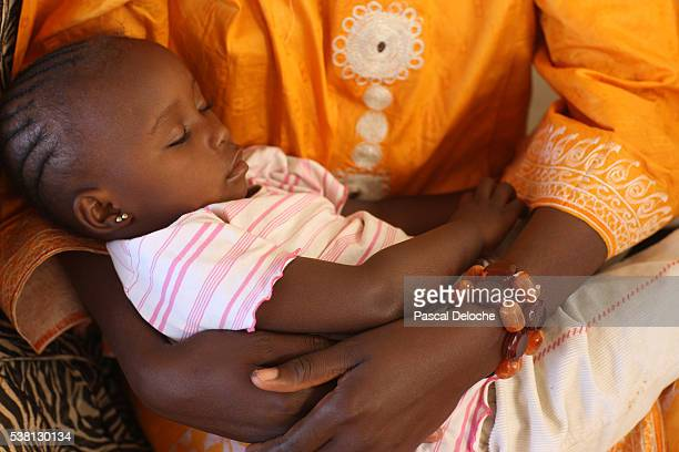 mother and her baby - femme mali photos et images de collection