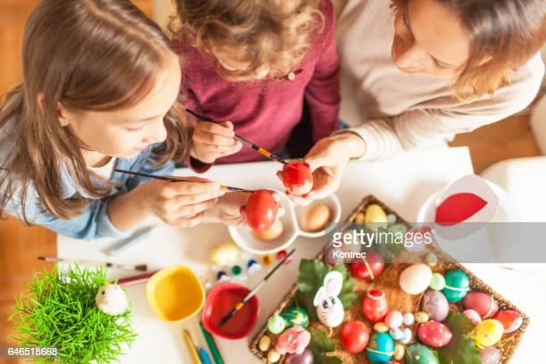 Mutter und ihre Kinder Ostereier