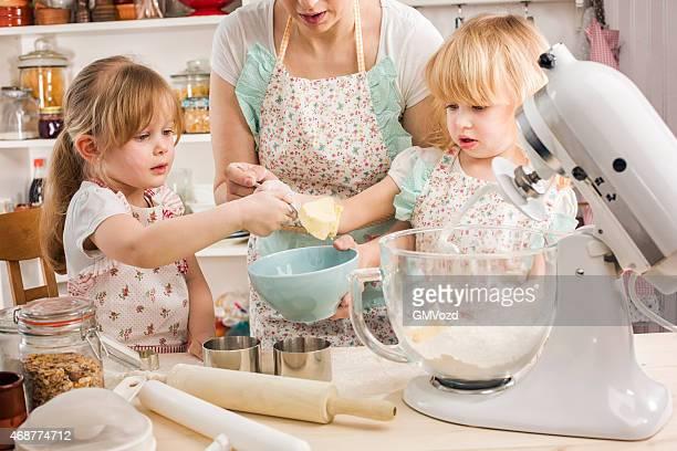 Mutter und ihre Tochter vorbereiten Keks'in der Küche