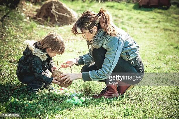 Mère, son petit garçon avec œufs de Pâques en plein air
