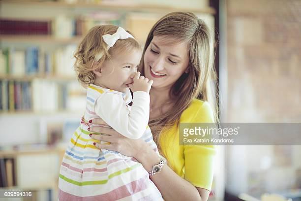 mother and her little daughter at home - chupando dedo - fotografias e filmes do acervo