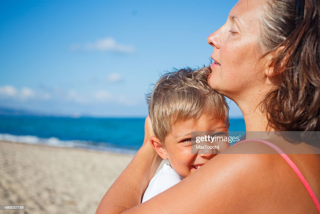 Mother and her son at beach : Stockfoto